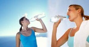 cuánta agua debemos beber al día