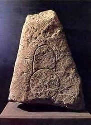 piedra tallada bajo relieve