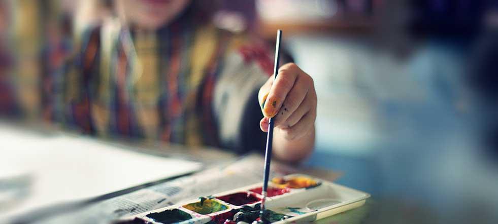 nene pintando con acuarelas