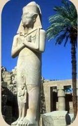 típica escultura egipcia