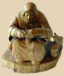 escultura en madera de un monje o fraile