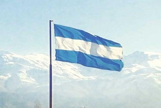foto bandera argentina entre las montañas