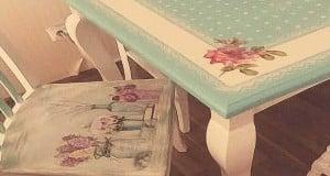 pintura country sobre madera en mesa y sillas