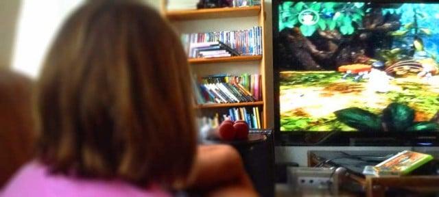 niña jugando con wii