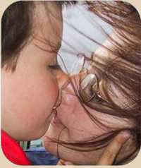 foto madre besando a su hijo